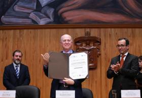 Rector General, doctor Miguel Ángel Navarro Navarro, recibiendo reconocimiento