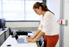 Asesor frente a computadora