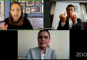 Moderadora Ivabelle Arroyo, Eneida Guadalupe Rendón e intérprete de lenguas de señas