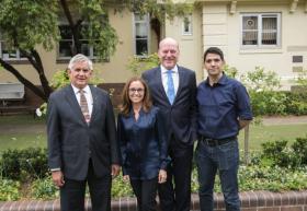 Egresado Cuauhtémoc Moreno con el gobierno australiano y Carolyn Mee