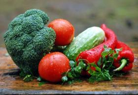 Frutas y verduras en una mesa