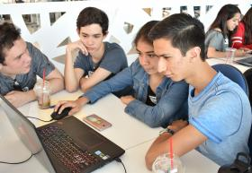 Estudiantes frente a computadora