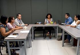 Reunión de estudiantes y personal de cartera de proyectos