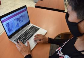 Estudiante frente a computadora