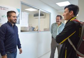 Doctor Juan Manuel Álvarez recibiendo al estudiante en instalaciones de UDGVirtual