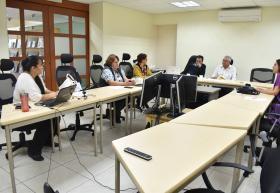 Participantes presenciales y virtuales de la sesión de lectura que inició con un juego de memoria para conocer la biografía y obra de la escritora