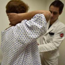 Mujer en revisión para prevenir para el cáncer de mama