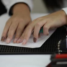 manos leyendo en braille