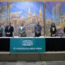 """Rector general y autoridades en el anuncio de la campaña """"Estamos juntos y lo traemos bien puesto"""""""
