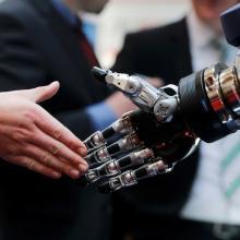 Saludo de mano entre humano y robot
