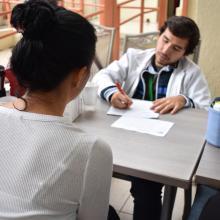 Trabajadora UDGVirtual en asesoría médica