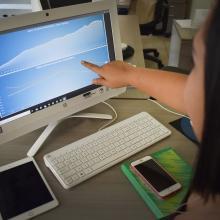 Estudiante trabajando frente a computadora