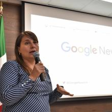 Maestra Mariana Alvarado, impartiendo curso