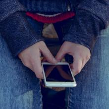 manos trabajando en celular