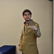 Participación de uno de los estudiantes durante el coloquio