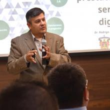 Doctor Rodrigo Sandoval durante la conferencia