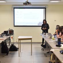 Estudiante del Doctorado presentando proyecto de investigación durante el coloquio de este programa