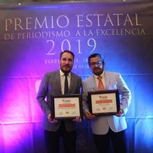 Maestro Julio Ríos y el estudiante Rubén Islas, de la licenciatura en Periodismo Digital con el Premio Estatal de Periodismo de Excelencia en Periodismo 2019