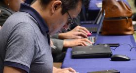 Participante estudiando en línea