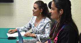 maestra Valeria Guzmán y licenciada Eneida Rendón en el presídium