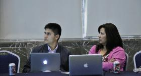 Participantes del Encuentro de Educación a distancia, trabajando frente a computadoras