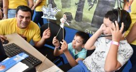 """Niños participando en el taller """"Sumérgete en el mundo digital con UDGVirtual"""","""