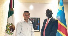 Ricardo González Dueñas, egresado de la licenciatura en Tecnologías e Información y Isaac Muamba Kalonji ministro de la República Democrática del Congo