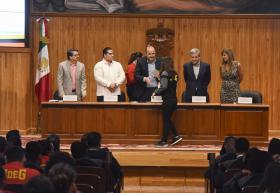 Presidium entregando de reconocimientos a la deportista