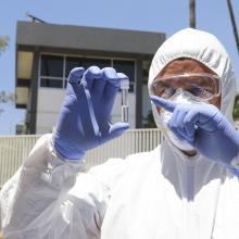 Fotografía de un científico con prueba de laboratorio en sus manos