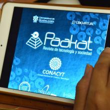 Portada de la revista Paakat en una tableta electrónica