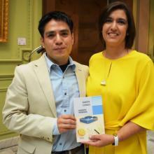 Sergio Alberto Mendoza en la entrega del Premio Bellas Artes de Cuento San Luis Potosí
