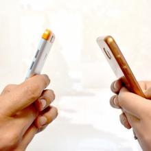 Personas interactuando en un celular
