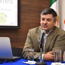 Doctor Rodrigo Sandoval durante la conferencia desde presídium
