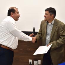 Doctor Jorge Alberto Balpuesta entregando la constancia al conferencista