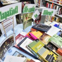 """trueque de libros denominado """"Tlapatiotl: ¿me cambias tu libro?"""", en el que usuarios de la biblioteca, dejaron algunos de sus ejemplares ya leídos para llevarse nuevas historias."""