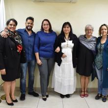 Foto grupal de sinodales, egresada e invitados