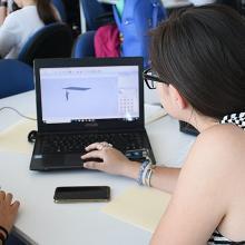 Jóvenes estudiando frente a computadora